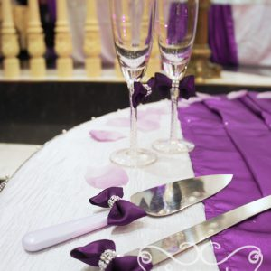 Close-up of our purple champagne flutes and cake serving set